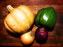 Pumpa guld- lök, purpurfärgad lök, grön spansk peppar Royaltyfri Fotografi