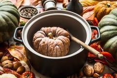 Pumpa, i att laga mat pannan med träskeden Säsongsbetonat laga mat för höst och äta close upp Traditionella nedgångrecept royaltyfri fotografi