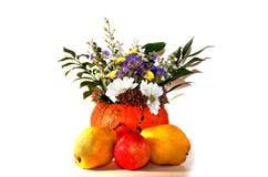 Pumpa med blommor och päron på en halloween, isolat på en vit bakgrund Fotografering för Bildbyråer