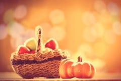 Pumpa- och äpplekorg Arkivfoto