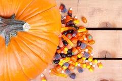 Pumpa och halloween godis på en träspjällåda Royaltyfri Bild