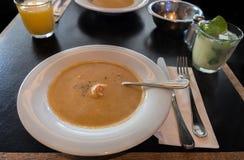 Pumpa och krabbor lagar mat med grädde soppa med räkor arkivfoton