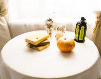 Pumpa på tabellen, hösten och det halloween begreppet Royaltyfria Bilder