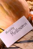 Pumpa på träplattan, lyckligt halloween begrepp Arkivfoton