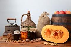 Pumpa, valnötter, äpplen och driftstopp in i krus Fotografering för Bildbyråer
