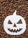 pumpadiagram i vit och bakgrund med rostade kaffebönor royaltyfri foto
