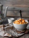 Pumpahavregröt med mjölkar och honung, frukost Royaltyfri Bild