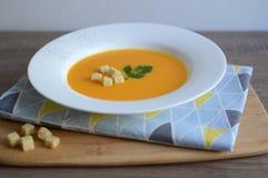 Pumpakräm-soppa med krutonger Royaltyfri Foto