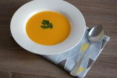 Pumpakräm-soppa med krutonger Arkivfoto