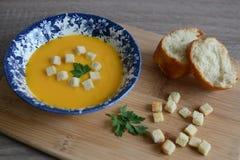 Pumpakräm-soppa med krutonger Royaltyfri Bild