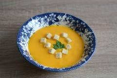 Pumpakräm-soppa med krutonger Royaltyfria Bilder