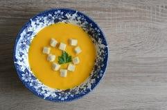 Pumpakräm-soppa med krutonger Arkivbild