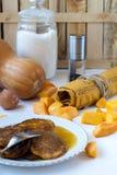 Pumpapannkakor med honung Arkivbilder