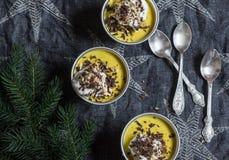 Pumpapudding med det piskade kräm, choklad och julträdet På en mörk bakgrund royaltyfria bilder