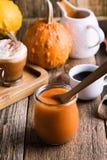 Pumpapuré och ingredienser för förberedelsepumpa kryddar latt arkivfoton