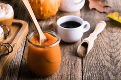 Pumpapuré och ingredienser för förberedelsepumpa kryddar latt arkivbild