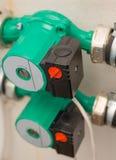 Pumpar byggs i vatten för hem- uppvärmning Arkivbild