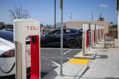 Pumpar för Tesla uppladdningsstation arkivbild