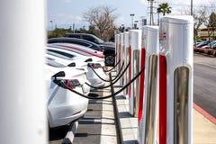 Pumpar för Tesla uppladdningsstation fotografering för bildbyråer