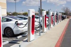 Pumpar för Tesla uppladdningsstation arkivfoton