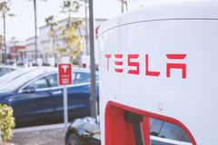 Pumpar f?r Tesla uppladdningsstation arkivbilder