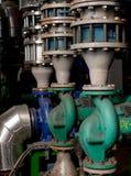 Pumpar, ventiler och leda i rör - som är varmt och kallt vatten Arkivfoton