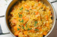PumpaRisotto med timjan och parmesan, italiensk kokkonst arkivfoton