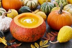 Pumpasoppa med frö i stor dekorativ pumpa arkivfoton