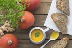 Pumpasoppa med ingefäran, persilja och bröd royaltyfria bilder