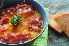 Pumpasoppa tjänade som med frasig bacon Top beskådar arkivfoton