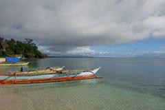 Pumpboats、云彩和镇静海滨 免版税库存照片