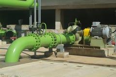 Pumpe und Rohre an Kühlturm Lizenzfreies Stockfoto