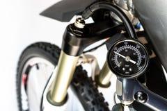 Pumpen der Front, Fahrradölluftstoßdämpfer, der eine fachkundige Pumpe, sichtbaren Druckanzeiger in den Einheiten der Stange/P/in lizenzfreies stockfoto