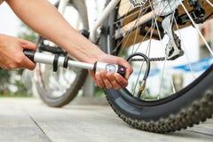 Pumpen eines Fahrradreifens Stockfotos
