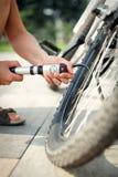 Pumpen eines Fahrradreifens Lizenzfreie Stockbilder
