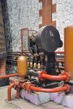 Pumpen für die Eichenbottiche noch leeren in Kraft in den Kellern von lizenzfreie stockfotos