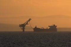 Pumpendes Öltanker Stockfotos