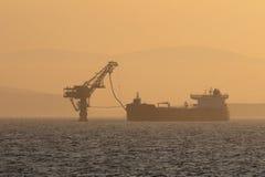 Pumpendes Öltanker Lizenzfreies Stockbild