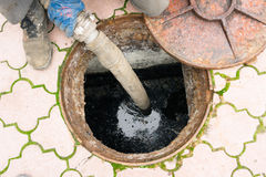 Pumpendes Abwasser des Mannes vom Loch Stockfotografie