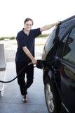Pumpendes Benzin des Mannes stockfotos