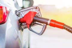 Pumpendes Benzin des Treibstoffs an der Tankstelle Abschluss hoch und getont lizenzfreie stockfotografie