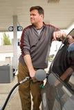Pumpendes Gas an der Tankstelle Stockfotos