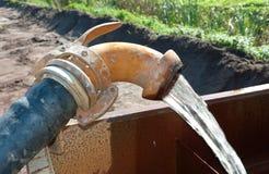 Pumpendes Wasser Stockbild