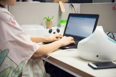Pumpenmuttermilch und E-Mail im Büro senden stockfotos