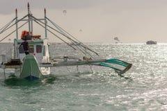 Pumpfartyg av Filippinerna flöten av kust Arkivfoto