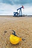 Pumpjack油泵和防护盔甲 免版税库存照片