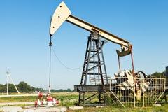 Pumpjack泵浦工作油在库班河州农业大学地区,俄罗斯 库存照片