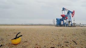 Pumpjack运行在抽的领域的天然气的油泵从油井 影视素材
