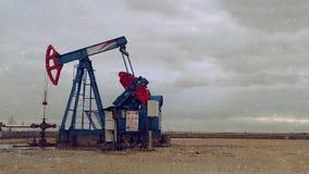 Pumpjack运行在抽的领域的天然气的油泵从油井 股票录像