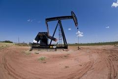 Pumpjack över oljewell Fotografering för Bildbyråer